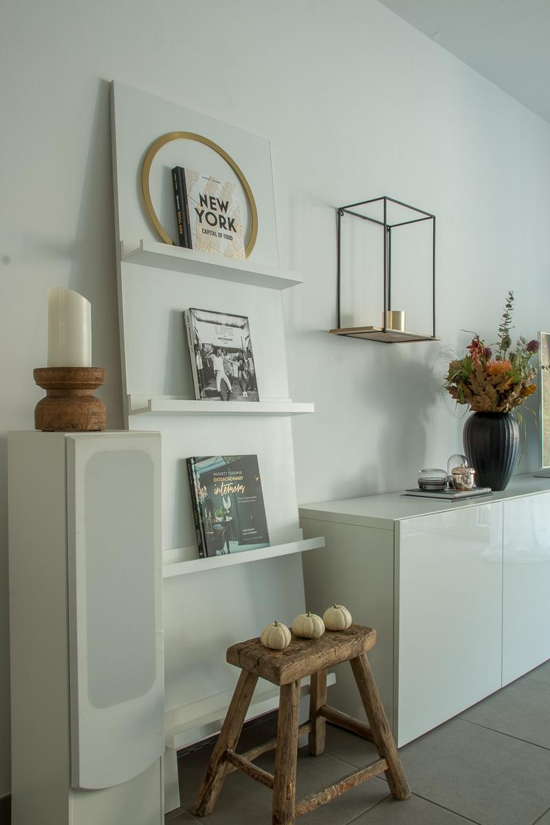 Herbstliche-Deko-Wohnzimmer-dekorieren-Herbst-DIY-Regal